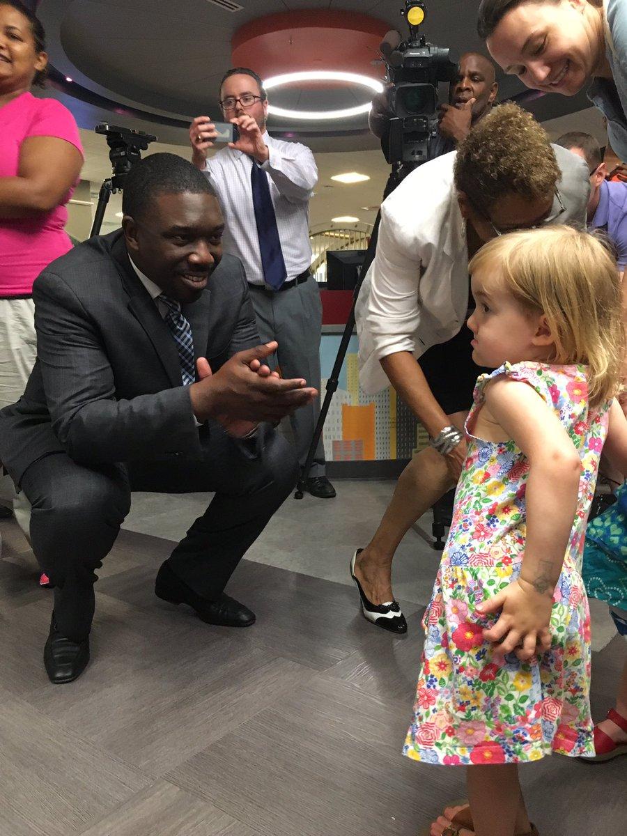 More free books given to kids this morning. Dr. Joseph declares his focus will be Literacy in Nashville. #mnpsreads https://t.co/R5vWEvnVJP