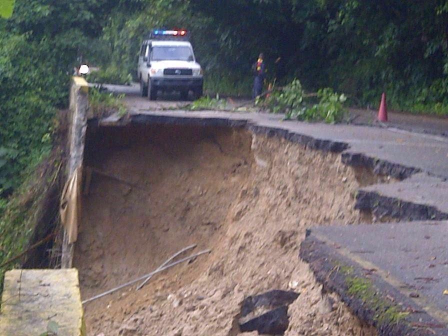 Falta mantenimiento y corrección a tiempo fallas borde causan problemas en carretera El Limón-Ocumare de la Costa. https://t.co/01IwmWJ3qS