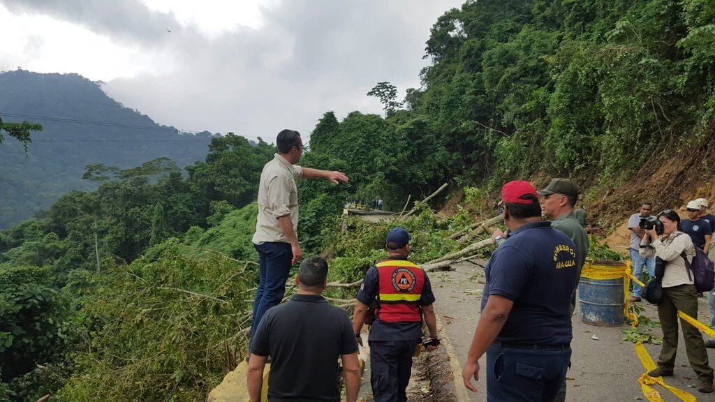 Cierre de la carretera hacia Ocumare de la Costa por 48 horas por pérdida de la calzada en el km 10 @GobiernoAragua https://t.co/WHZyyHj0q4