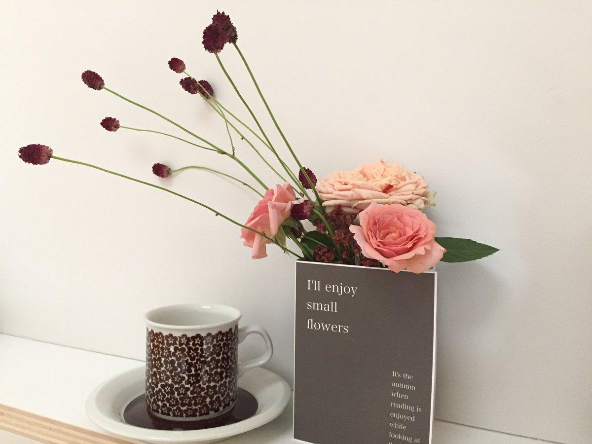 """8月末発売予定『花時間DECO』は、 """"無印良品と花""""がテーマ。 こちらは秋のワンシーンから。 ブック形の花器は、レ・ドゥ、落佳子さんの手作りです。"""