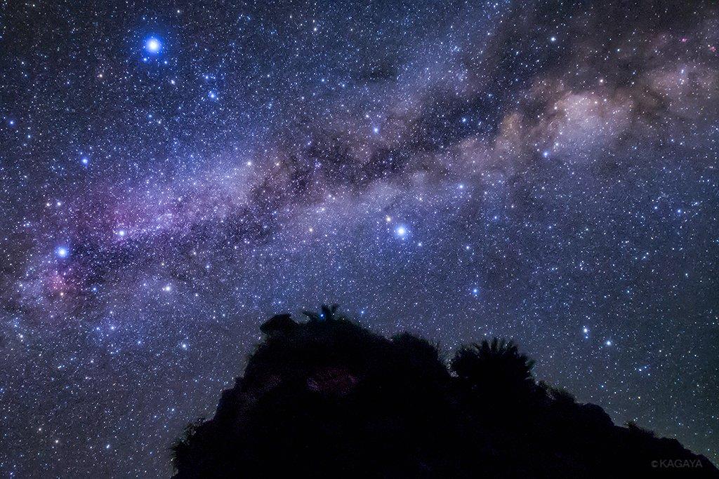七夕の魅力の一つは、自分の夢や願いをはっきり言葉にして掲げるきっかけになることだと思います。 写真は先週沖縄で撮影した織姫星(左上の明るい星)と彦星(中央)です。その間を左から右へ流れる光の帯が天の川です。