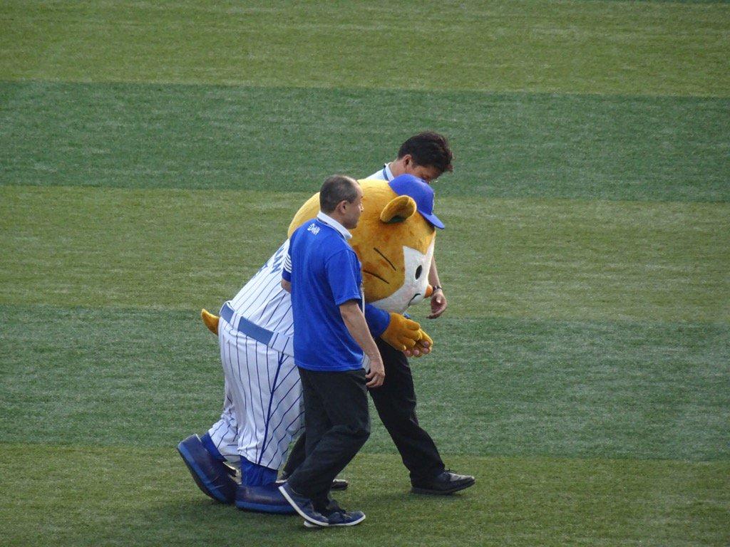 Tweet 横浜denaベイスターズのマスコット スターマン が熱中症で