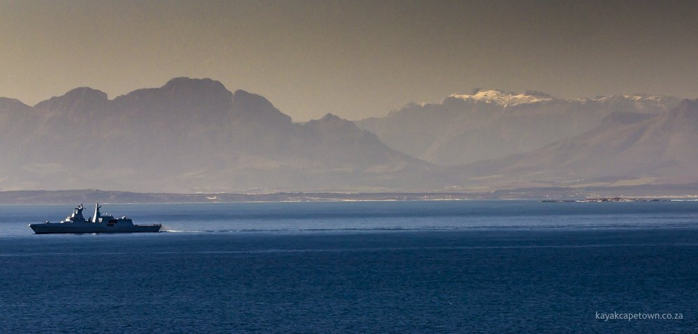 SA navy frigate in @MyFalseBay, snow on the mountain, Seal Island on the right.  Ah, Winter in @CapeTown 😎