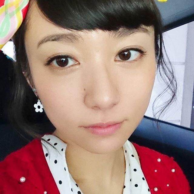水玉とリボンと赤いカーディガンが可愛い木村文乃