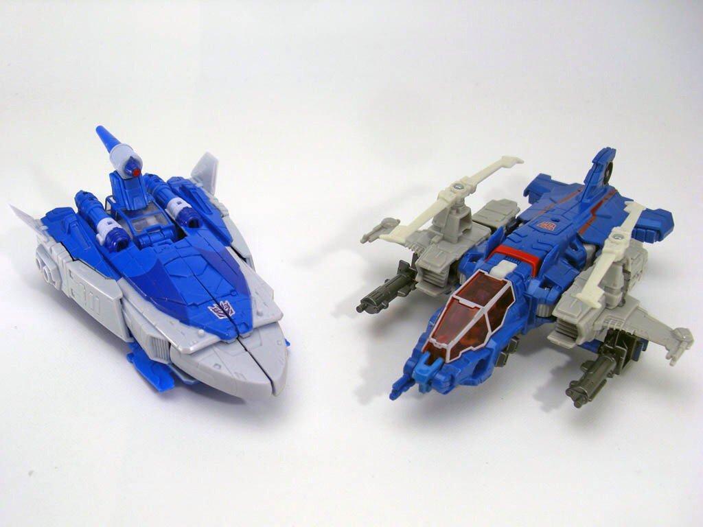 スカージの開発時に、既にその金型を流用してハイブロウを作ることが決定していました。「宇宙船」と「ヘリコプター」、デザインの共通点がない両者の金型をどう共有させるか、それを考慮に入れながら変形案を構築していきました。#TT_TF