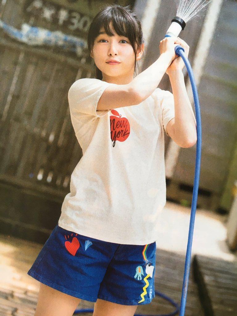 短パンにTシャツ姿で水をまく桜井日奈子