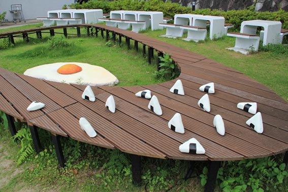 おにぎりが落ちてるでしか!と思ったら立体造形コース4年生 野外展の作品だったでしか~。京都精華大学オープンキャンパスはいよいよ明後日7/23(土)から2日間開催でしか!野外展も開催中!https://t.co/25H3ObxAPW https://t.co/hvMGSFBjgl