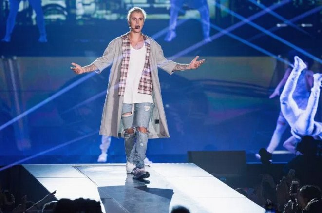 .@justinbieber is DMing lyrics to fans on Twitter and #Beliebers are going crazy https://t.co/z76OUUvJky