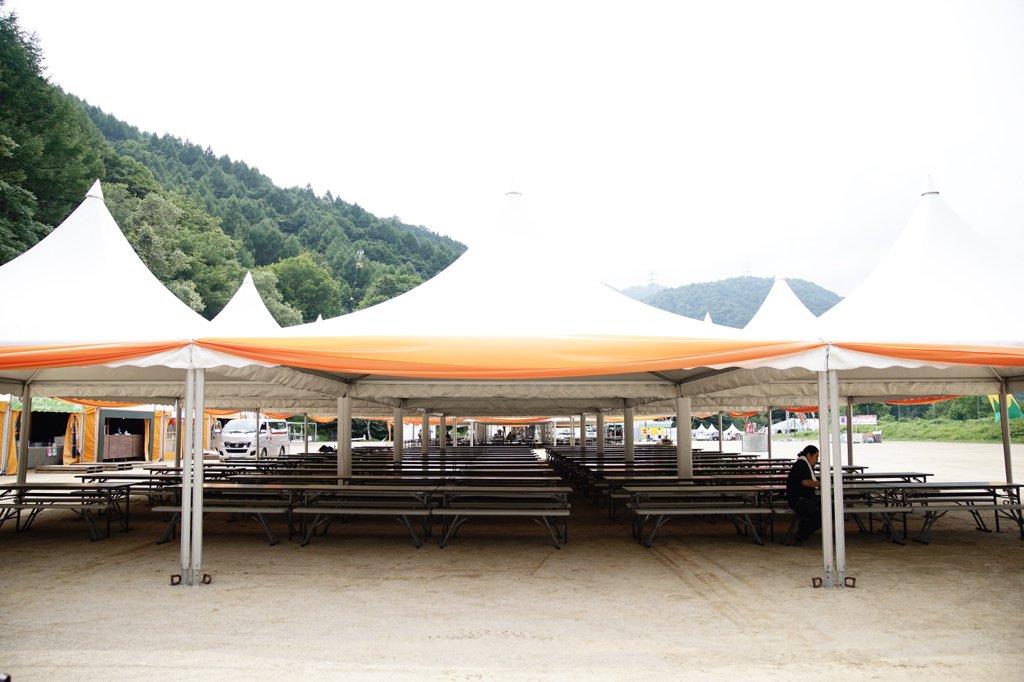 おいみんな大変だ!オレンジコート跡に壮大な休憩スペースが出来てるぞ!!  #emptyFujiRock #FujiRock https://t.co/IqXiJF0Fxr