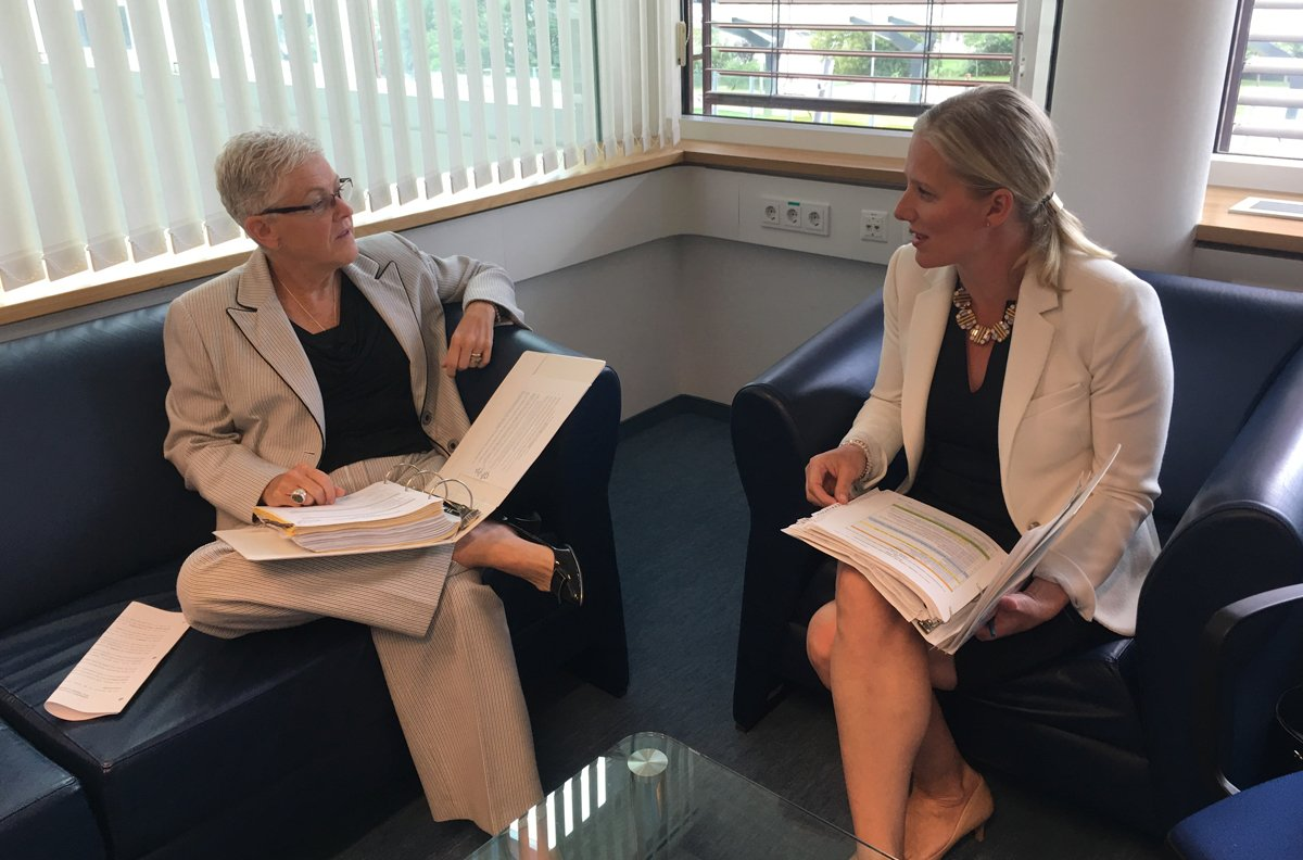 .@ec_minister met with @GinaEPA to discuss  #HFCPhasedown negotiations at #MontrealProtocol meeting. #ExMoP2016 https://t.co/ZhrFOa6r5S