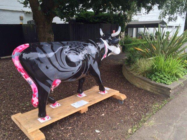 RT @ellie_m37: Spotted at the #BurfordBridge @MercureBoxHill #cowparadesurrey https://t.co/ofznj0rLzq
