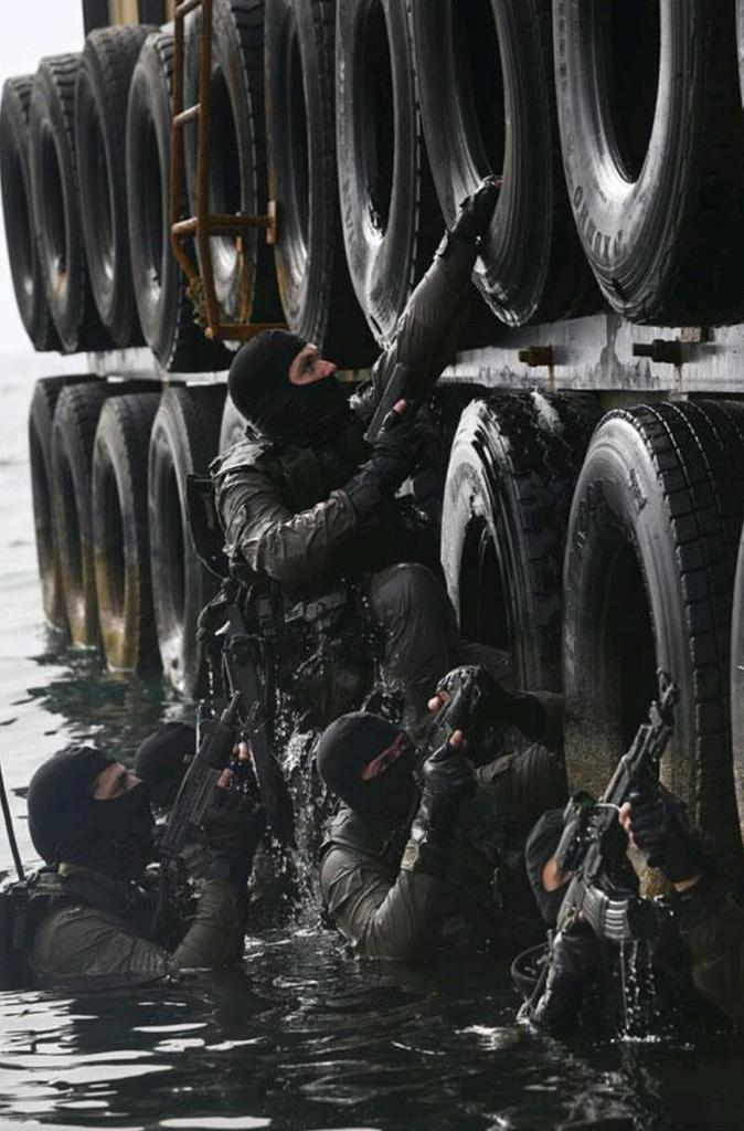 """وحدة النخبة البحرية في الجيش الإسرائيلي: """"السرية 13"""" ........Shayetet 13 Cn77WIEW8AAgwAm"""