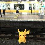 【悲報】駅構内に現れたピカチュウ…笑顔で電車の下敷きにされる!