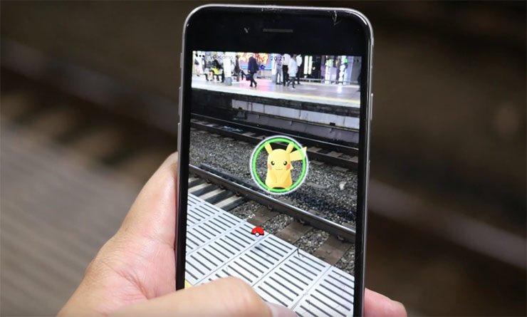 【悲報】駅構内に現れたピカチュウ…笑顔で電車の下敷きにされるwww