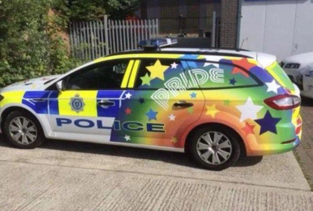 11b1b9131b Polícia decora viaturas no clima de parada gay na Inglaterra. https   t