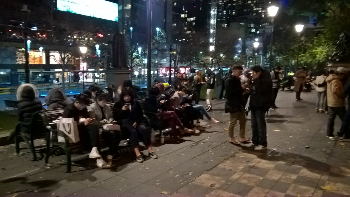Hanging outside the Melbourne State Library at 9pm on a Sunday. 100+ people here. Police check frequently #PokémonGo https://t.co/xSDugZt9e4