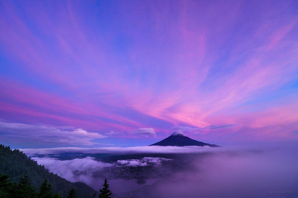 峠に登ると霧が晴れ、やさしい夕映え空を背景に、笠雲と吊るし雲を連れた富士のシルエットが浮かび上がりました。そこでそのまま、星が出るのを待ちました。(昨日、山梨県新道峠にて撮影) pic.twitter.com/CkT0IMQI5F