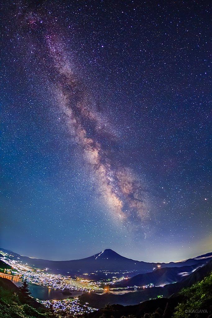 昨夜撮影した富士山と天の川です。梅雨の晴れ間、驚くほど星が見えることがあります。写真左上が夏の大三角、右下がさそり座と火星。眼下には河口湖と河口湖町の灯が広がっていました。(山梨県新道峠にて撮影) pic.twitter.com/qcLSBIldri