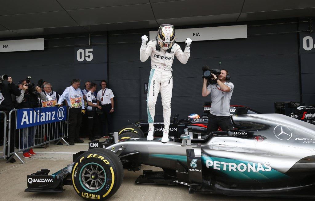 BritishGP F1: Hamilton trionfa a Silverstone, Ferrari (molto) dietro, penalizzazione a Rosberg