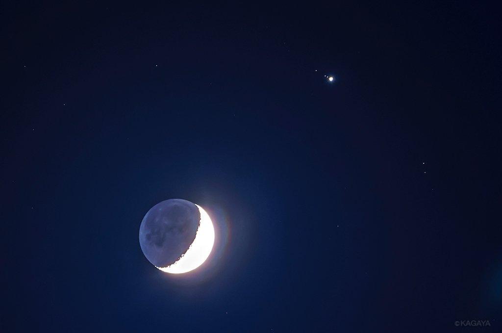 昨日宵、月と木星が近づいて見えたようすを望遠レンズで撮影しました。よく見ると右上の木星のそばには木星の衛星も3つ写っています。このときの衛星の並びは左上から順にカリスト、エウロパ、イオでした。 pic.twitter.com/qY6O3stRvd