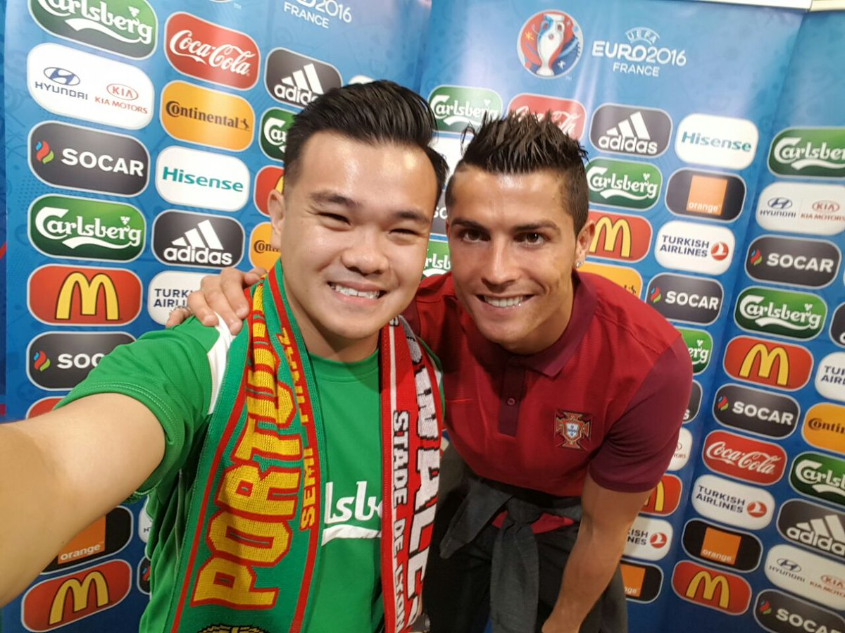 Ronaldo met @reubenkang … Bending down so low for the picture caused his knee to compensate. Hmm…#badLuckReuben https://t.co/nL94J9KQtf