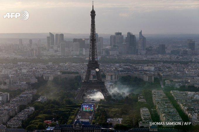#EURO2016 Gaz lacrymo sous la tour Eiffel pour empêcher des supporters d'entrer dans la fan zone #FRAPOR #AFP
