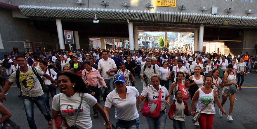 Marea humana pide revocatorio de Maduro en Venezuela   Blog al día de Venezuela - Página 3 CnCU4vZWEAAXK-H