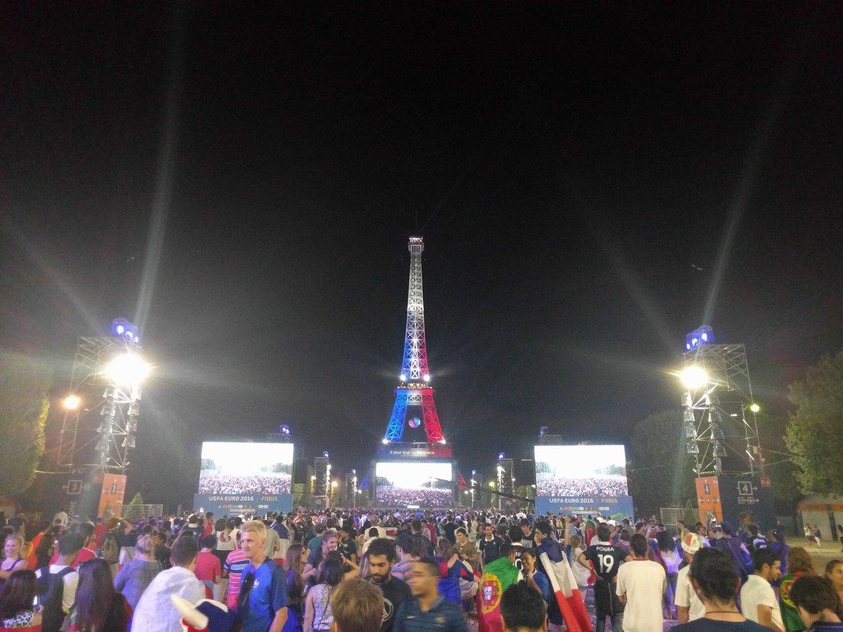 Malgré la défaite, la Tour Eiffel s'illumine aux couleurs de la France