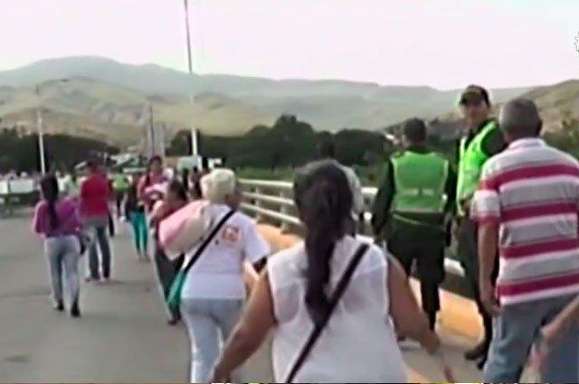 #NoticiasCaracol Miles de venezolanos cruzan frontera colombiana para abastecerse https://t.co/RdDJqpVf23