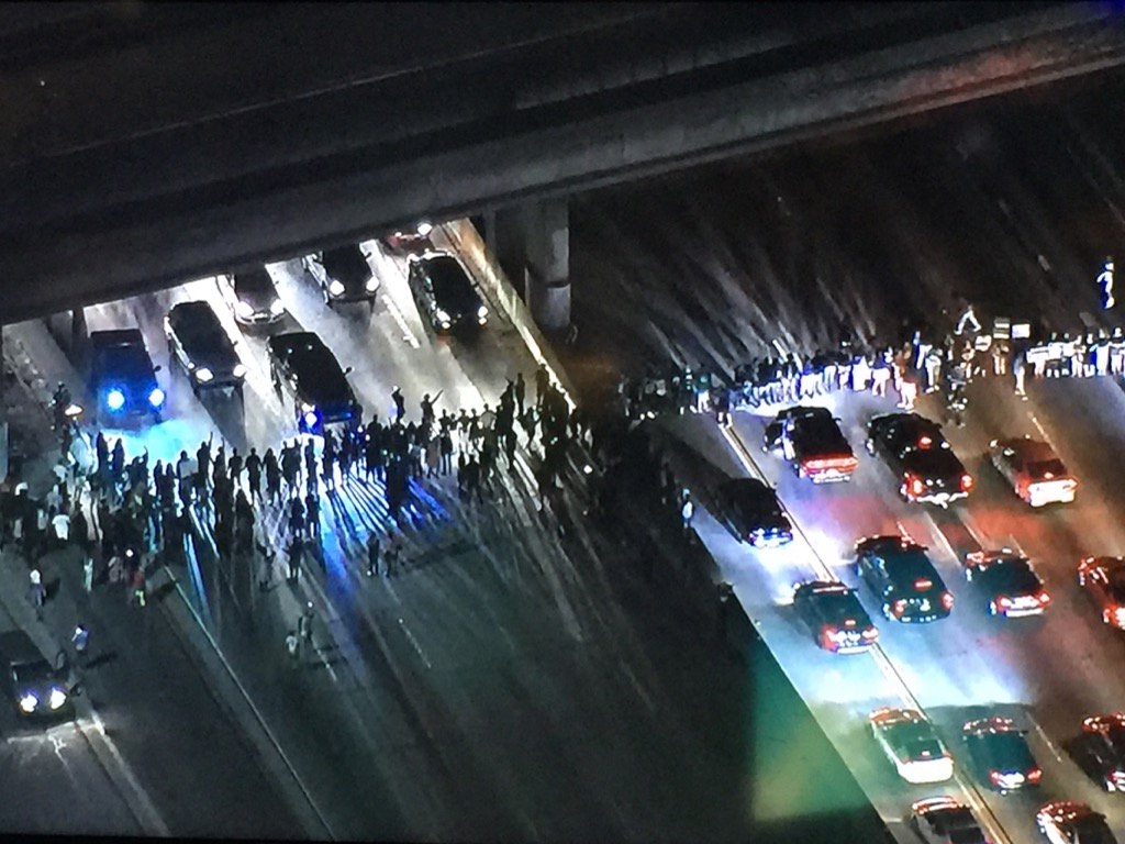 Inglewood: Protestors have taken to the freeway. Blocking all lames of the 405 @FOXLA https://t.co/Qq0F9YKMXp