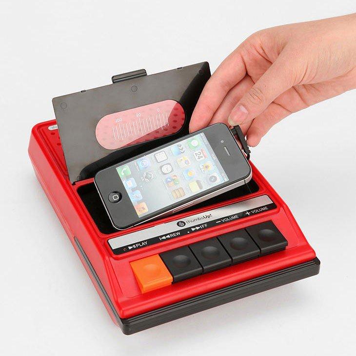 (梅田マルビル店) 80年代を思わせるカセットデッキのデザインですが今はテープでは無くiPhoneを入れるんですね〜!!!テープ独特の「カチャカチャッ」音も出るようですよ。 https://t.co/zgZMP8NW9z