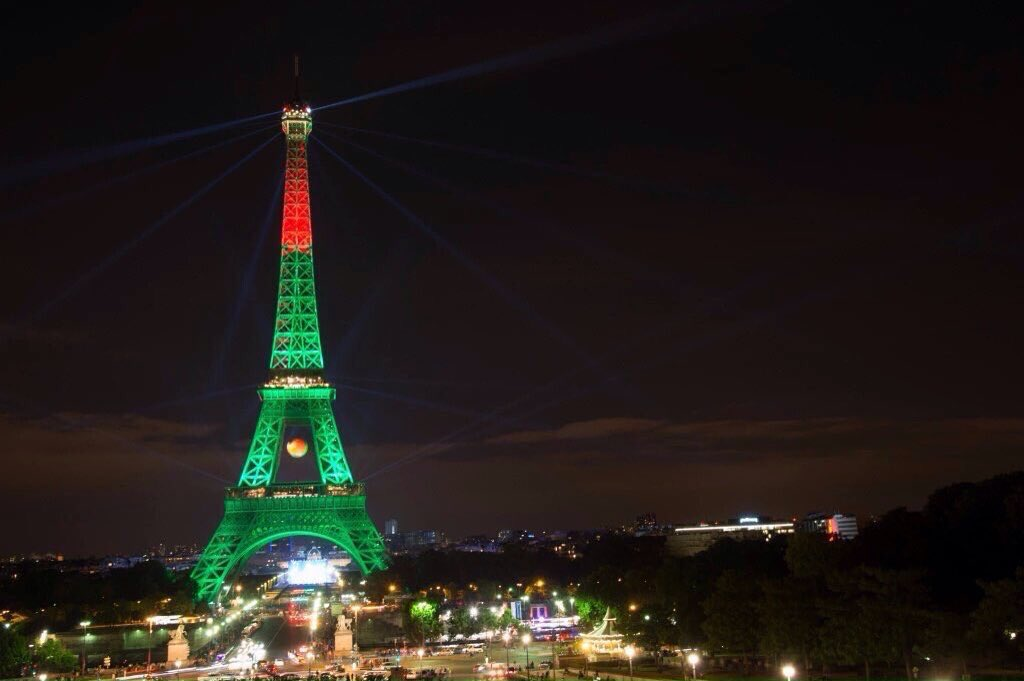 La Torre Eiffel con i colori dei Campioni d'Europa