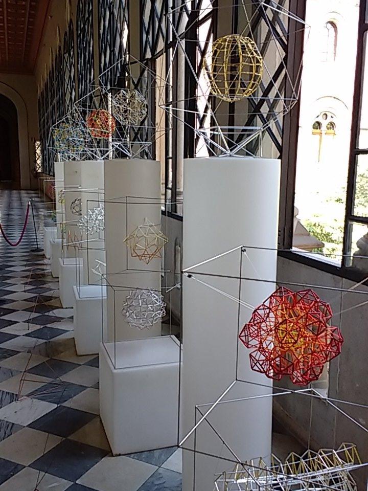 Geometria, puresa i simplicitat. Exposició al #c2em . Una de les moltes activitats que hi ha. Gaudir-ne! @cesirecat https://t.co/DpoCNkbejo