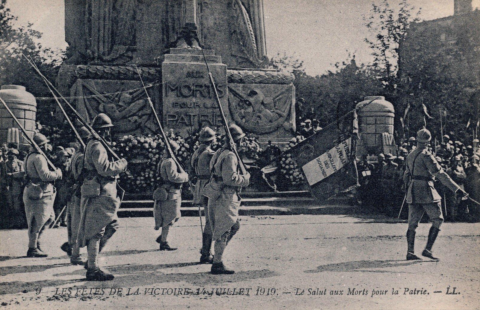 #14juillet2016 C'était comment en 1919 ? Nous sommes le 14 juillet 1919 - Place de l'Etoile à Paris #vintage https://t.co/bY4QohOQMl