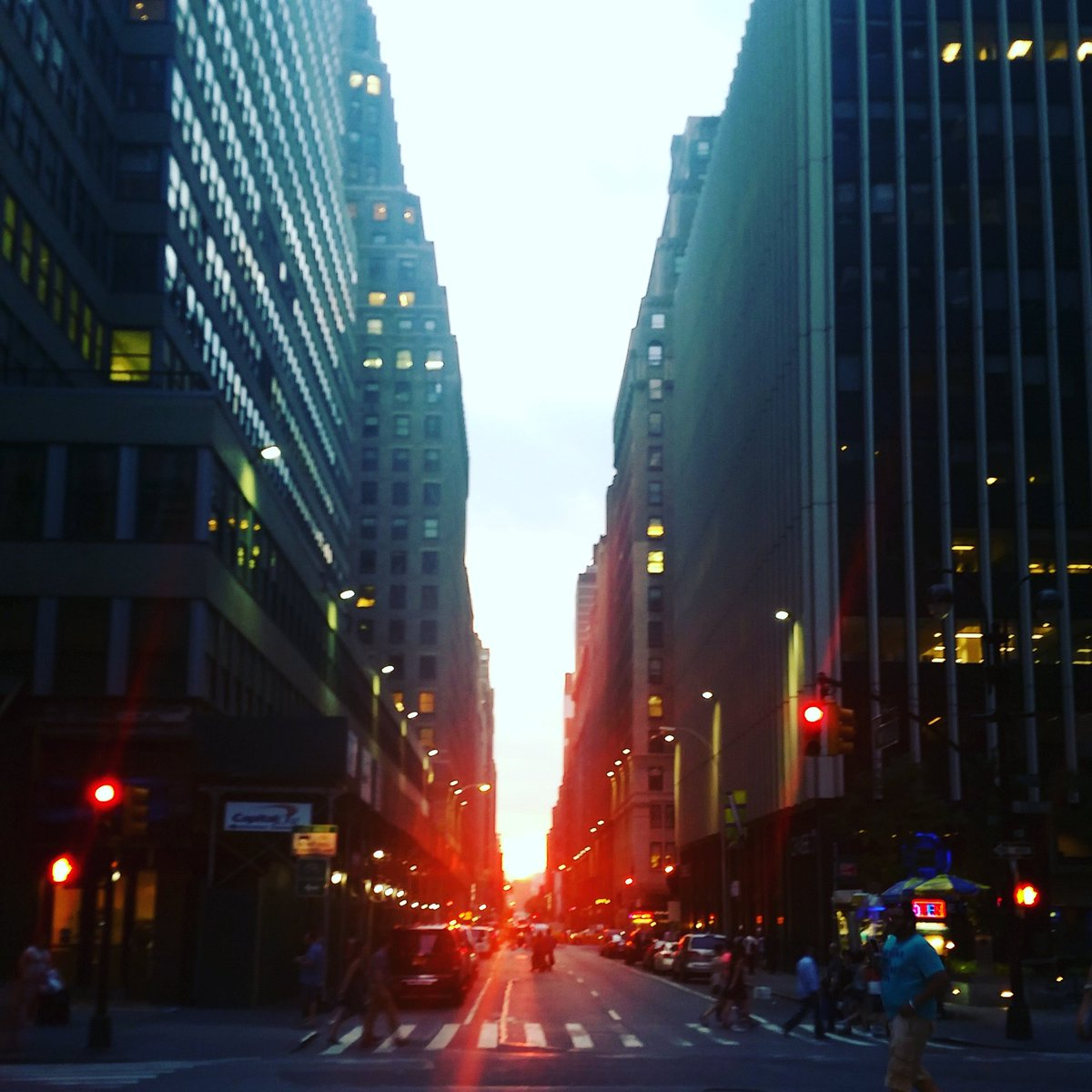 39th Street is not a bad spot to post up for #Manhattanhenge. Just wait until traffic has a red, please. https://t.co/eXSBAraubO
