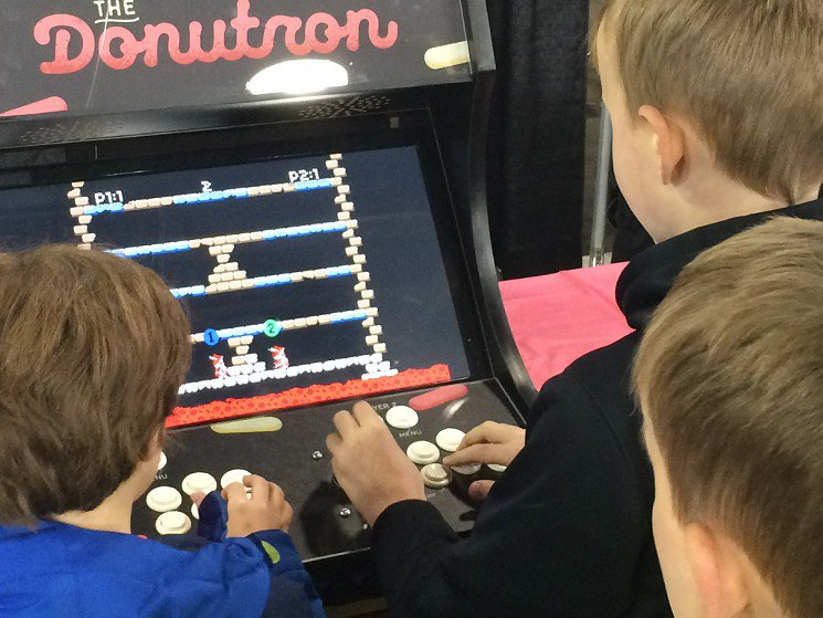 Donut-themed arcade cabinet brings locally made video games to @GlamDollDonuts https://t.co/VHvXpJmJ8Z https://t.co/P62Gf3h3m9