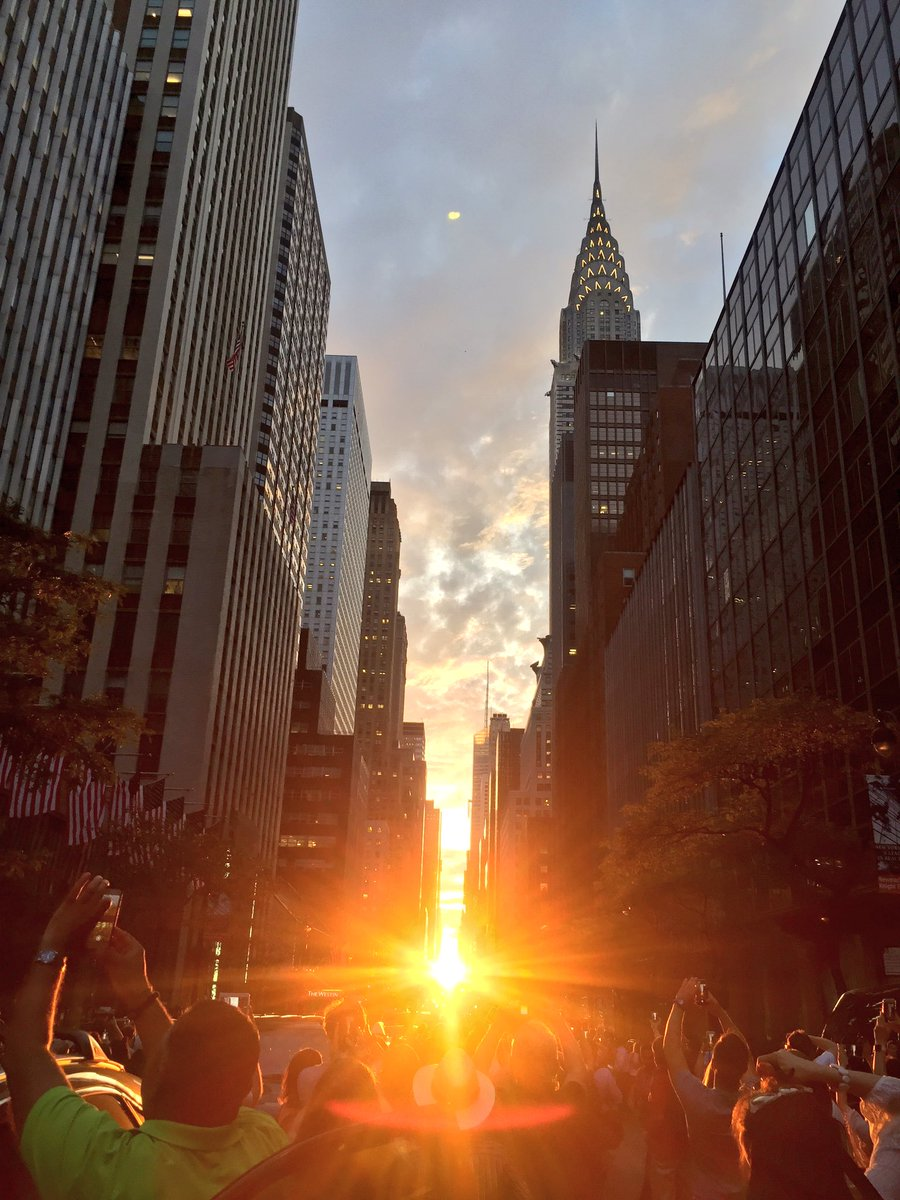 Tonight's #Manhattanhenge brought to you by #MotherNature & this amazing city, I call home. #NYC https://t.co/KBx9Zbmf6T