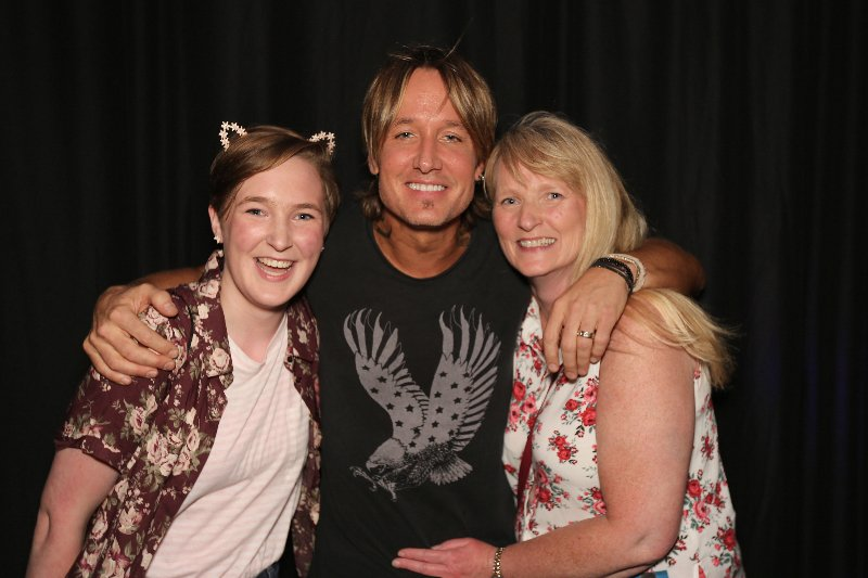 Roxanne mc roxiemc4 twitter pictures are up from our meet greet with keithurban bestnightever sweetest hotcountry1035 cruise1035picitternj4xwu7tcm m4hsunfo