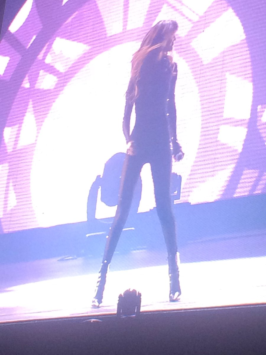 Selena Gomez arrive sur scène. #FEQ