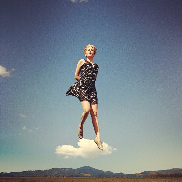 #DonneInArte #TraLeNuvole Sognatrice é la donna con i piedi fortemente appoggiati alle nuvole @alecoscino @_Vivi2013 https://t.co/eAbLjUNIaQ