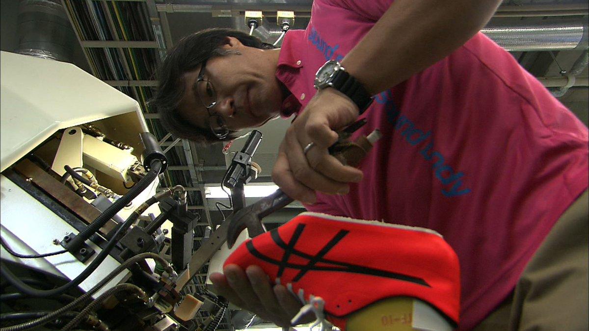 """男子100mでリオ五輪に出場する桐生選手。彼のスパイクを作るのはアシックスの靴職人・田崎さんです。今回、強くて伸びる、""""金属バネ""""のような性質をもつ新素材を開発。縫い目のないスパイクを完成させました。その開発現場に密着。今夜10時~ https://t.co/WSNUbsjZeh"""