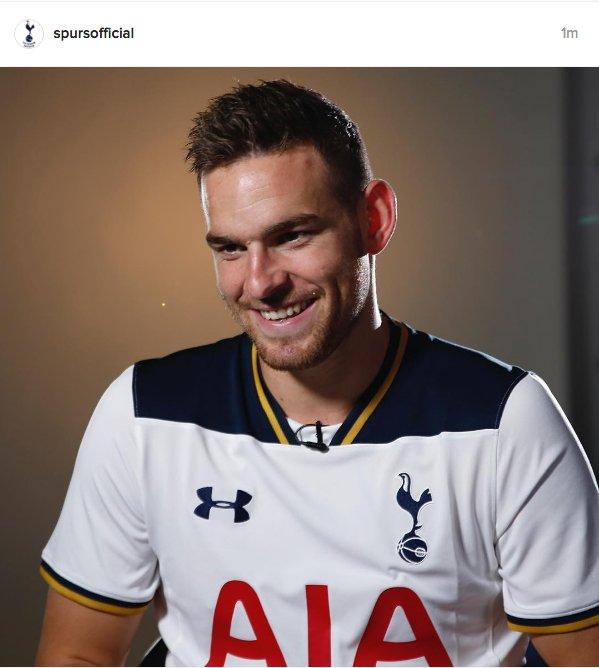 [Photos] Janssen Poses With Tottenham Shirt After