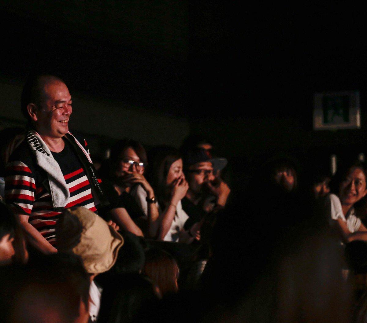 MC中にいじられて喜ぶ左迅のおやじ。  公演終了後のファンお見送り会にて、あまりの疲労で倒れる弐。それを助けるマネージャー。笑  お疲れ様でしたの集合写真。 https://t.co/XBmEmwa4Dp