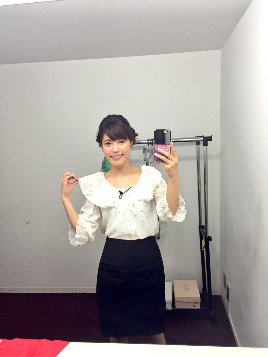 フリルの大きな襟のブラウスに黒いスカートをはいている神田愛花アナの画像