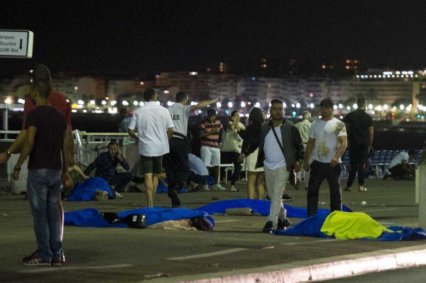 Camion sulla folla a Nizza. Spari e decine di morti <a href=
