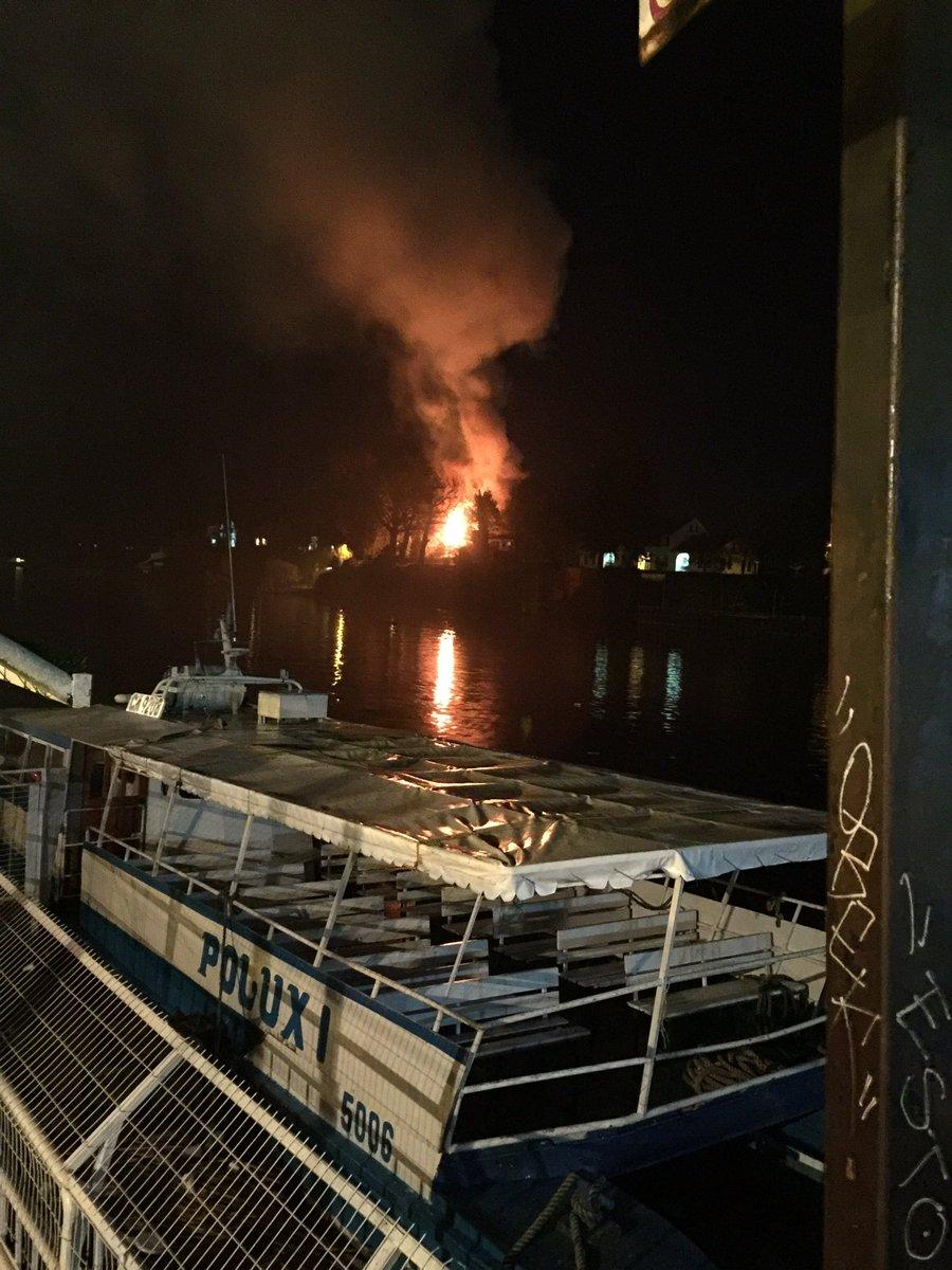 Violento incendio de casona en Isla Teja