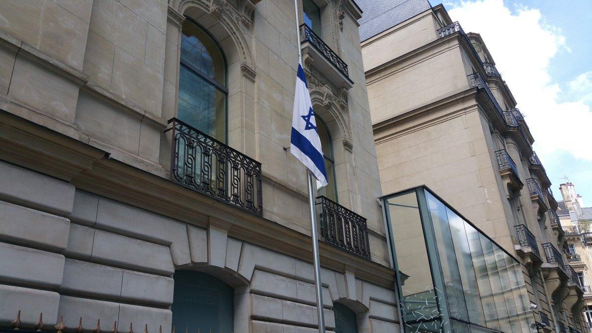 #Israel est solidaire du peuple Français. Aujourd'hui notre drapeau est en berne en hommage aux victimes de #Nice https://t.co/kkX7WlEog2