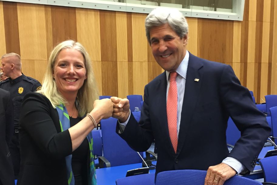 #EnviroPartners in support of #HFCPhasedown! Great shot of @ec_minister & @JohnKerry in Vienna. #MontrealProtocol https://t.co/o0IVVO1ARj