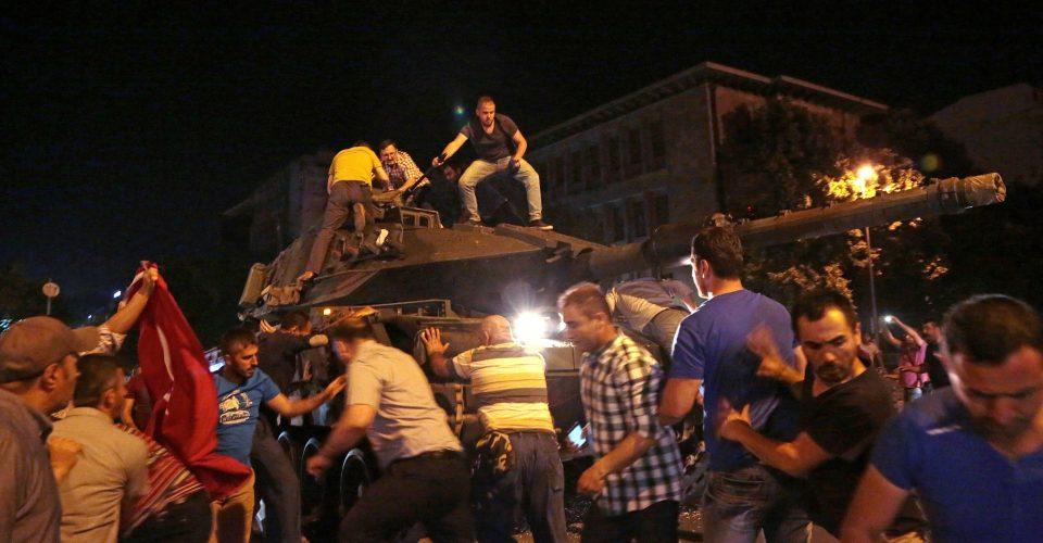 Sociedad civil en las calles de #Turquia  logró retroceso de tanques golpistas: eso es #valor y poder ciudadano! https://t.co/ZkRRdjcDrX