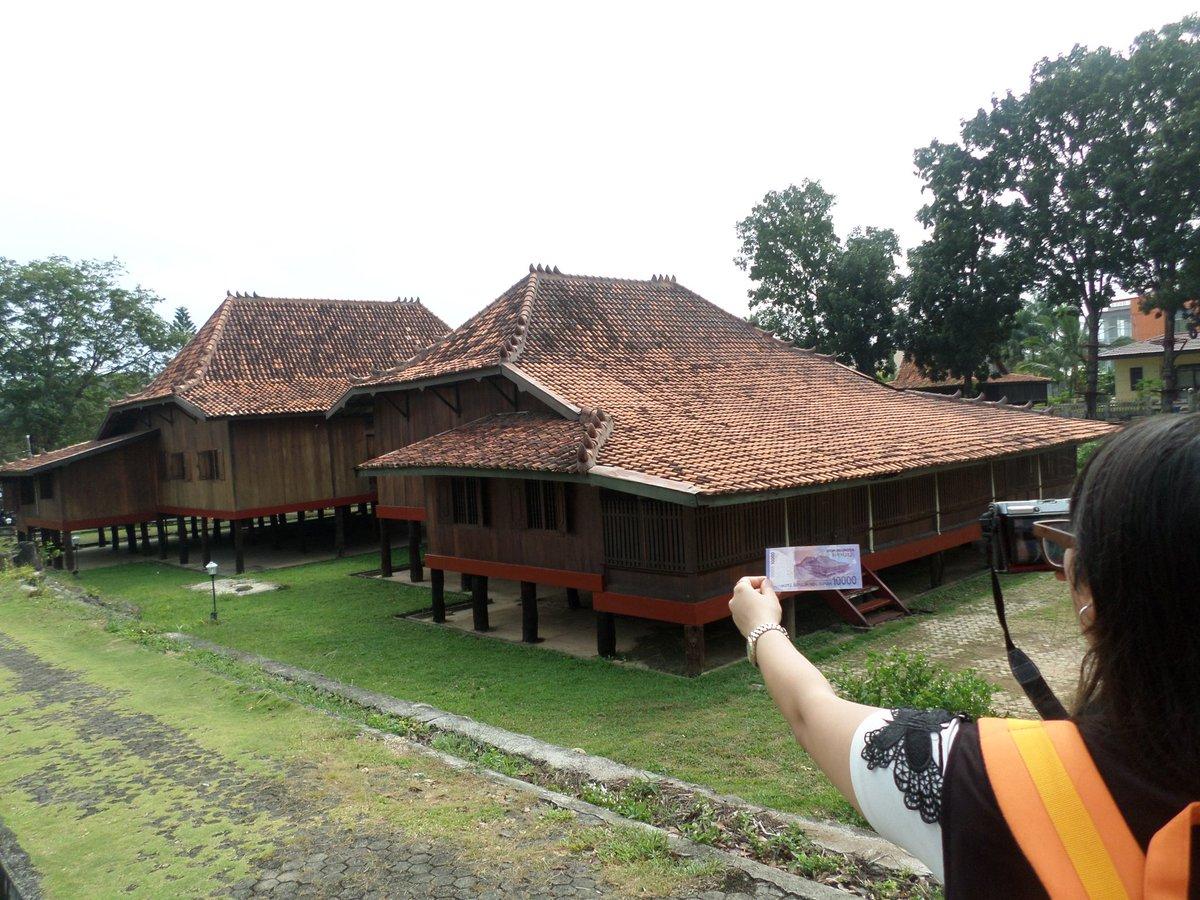 Foto wajib kalau di Museum Balaputradewa, rumah limas yang ada di uang 10ribu #PesonaSriwijaya #FestivalSriwijaya https://t.co/2erX8cfjfq